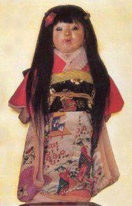 """Okiku """"La muñeca viviente"""" que le crece cabello real"""