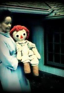 Lorraine Warren con Annabelle